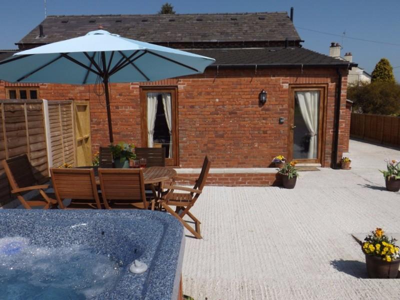 ellesmere-holiday-let-hot-tub